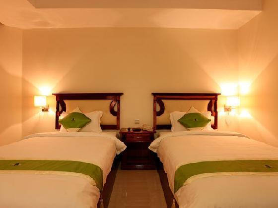 绿宫大酒店是一个新现代型酒店,坐落在历史名城金边柬埔寨的心脏。由当地设计师设计建造,按照国际标准,结合舒适、高雅的理念。是您商务、度假的不二选择。 酒店有豪华标准房、豪华阳台房等多种房型,绿宫大酒店位于金边市中心,与塔山寺一墙之隔,距离中心市场、国家博物馆、皇家宫殿、银阁寺纪念塔、监狱博物馆、俄罗斯市场等景点非常近。此外,酒店周边配套设施齐全,餐厅、银行、书店、购物中心和很多娱乐场所。交通便利,公交车、出租车、摩托出租车招手即来。